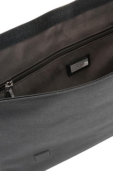 Umhängetasche aus geprägtem Leder: 'Siganture_Mess flap', Schwarz