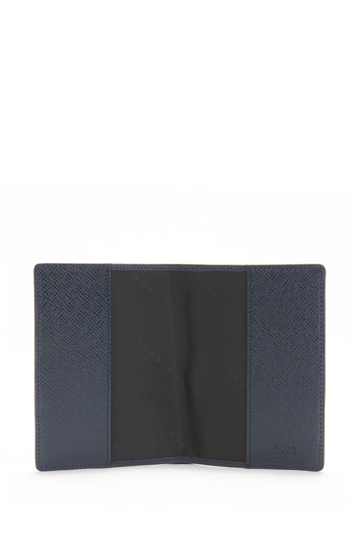 Étui pour passeport en cuir doté d'une finition intérieure en contraste: «Signature_Passport B»