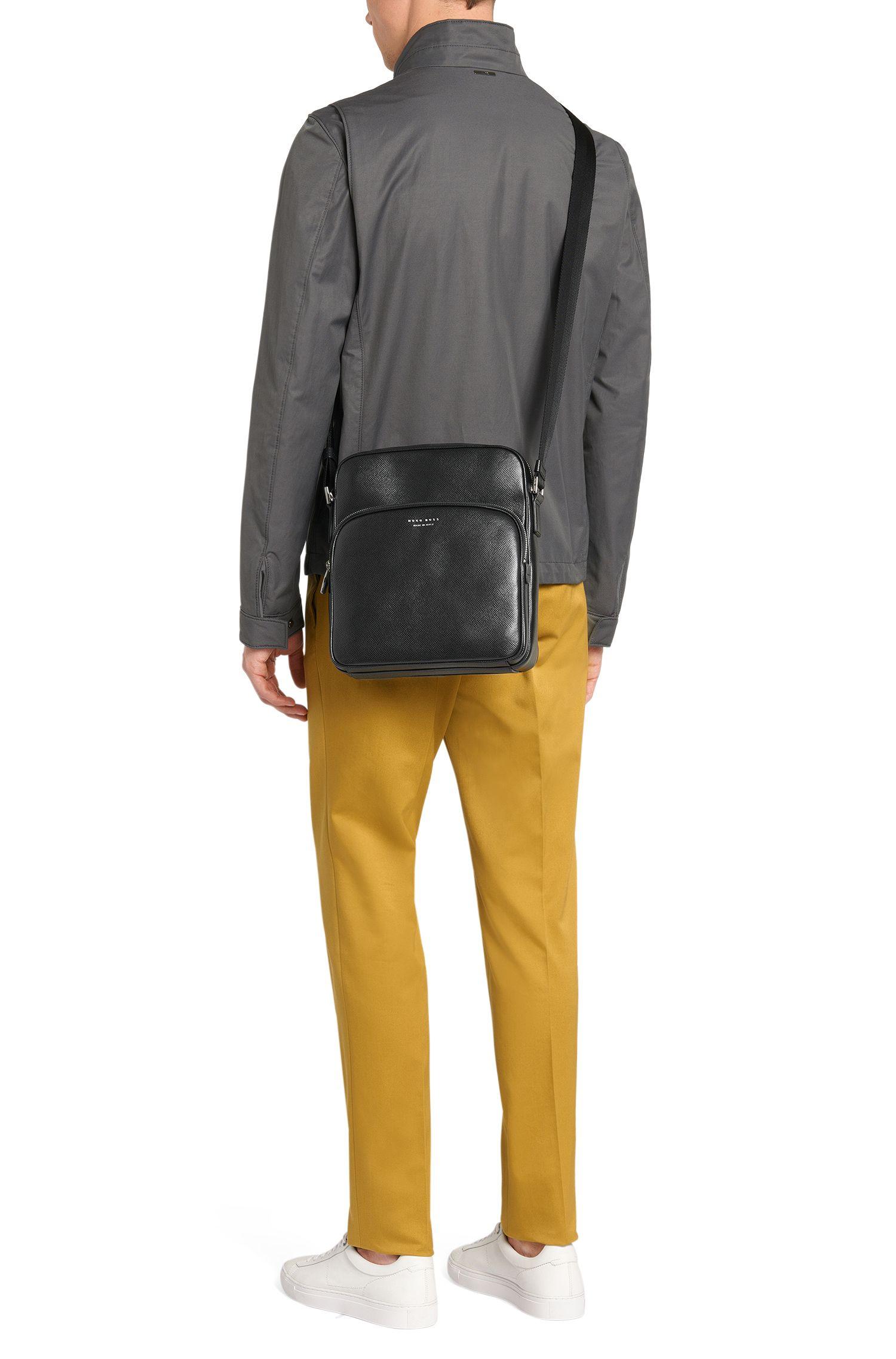 Kleinformatige Umhängeatsche aus Leder: 'Signature_Camera bag'