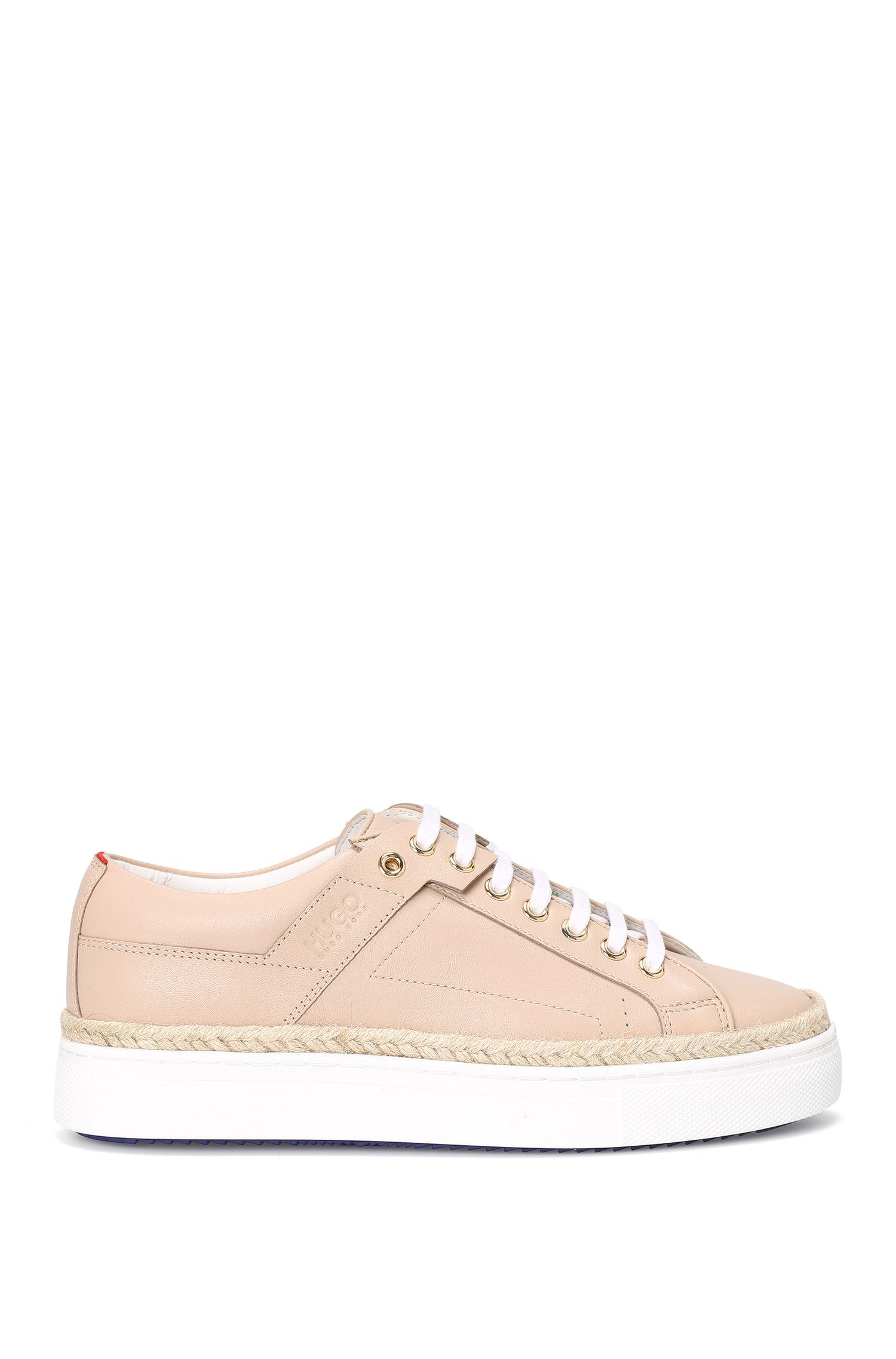 Sneakers van leer met raffiabies: 'Connie-R'