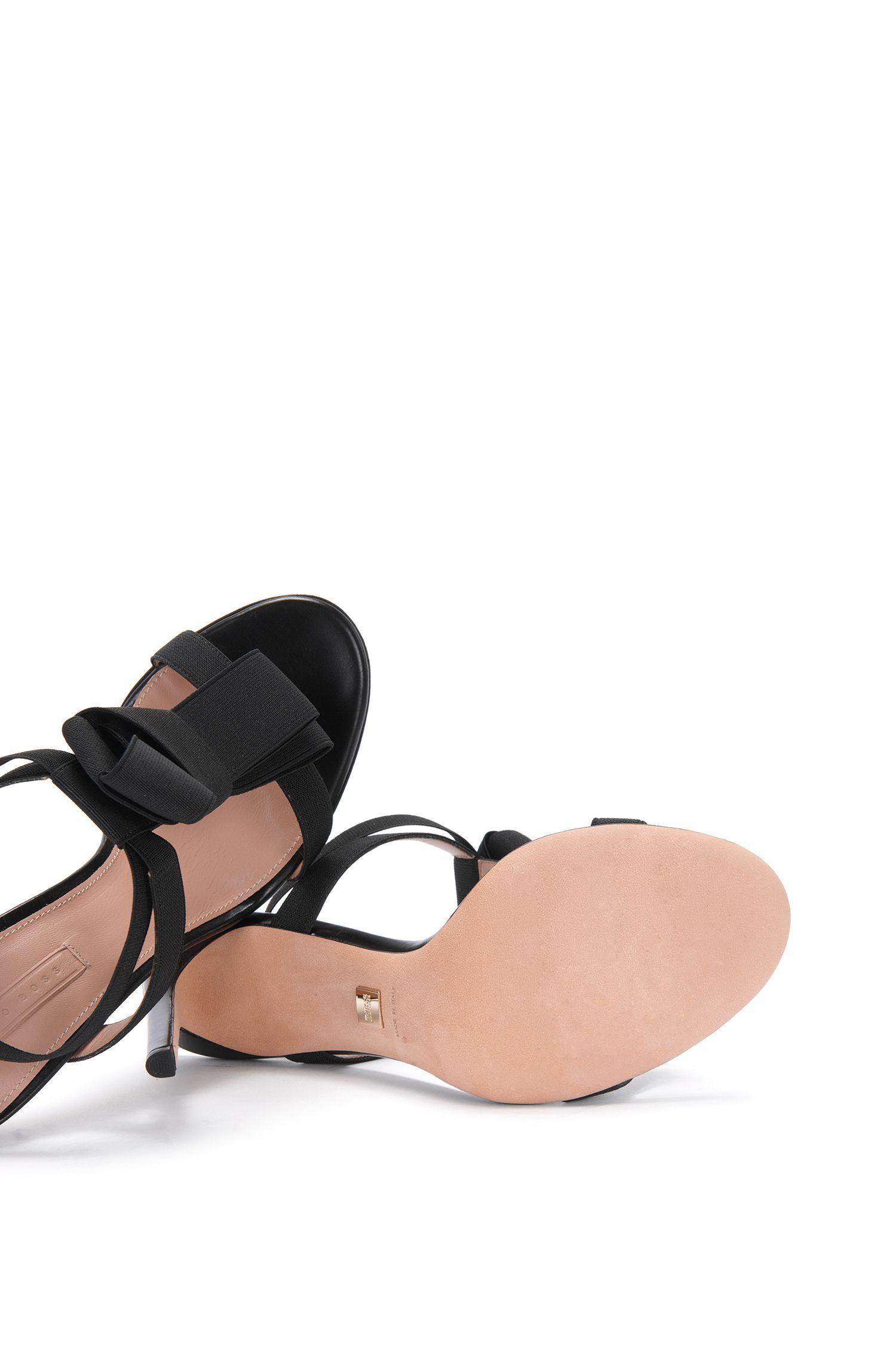 Hoge hakken van leer met elastische riempjes: 'Bow Tie Sandal'