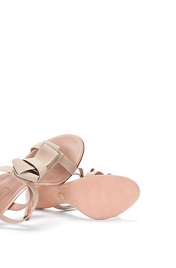 High Heels aus Leder mit Elastikriemchen: 'Bow Tie Sandal', Hellbeige