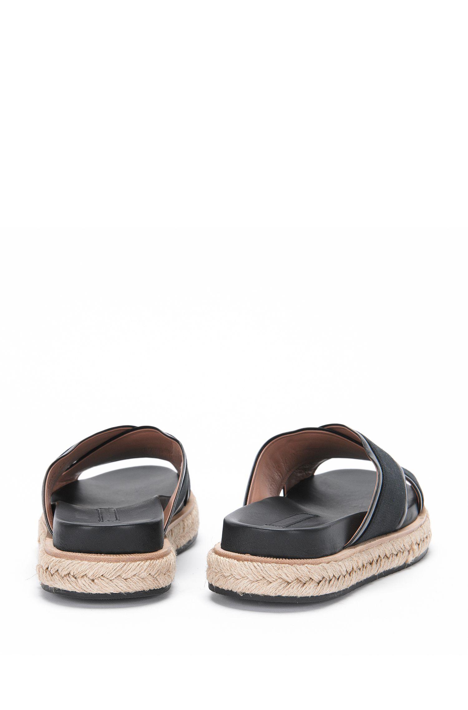 Pantoletten aus Leder und Canvas: 'Crisscross Sandal LB'