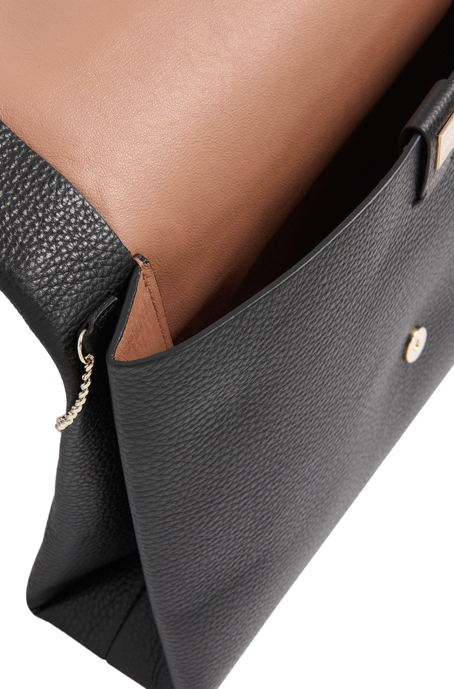 Pochette en cuir gravé: «Luxury Staple A»