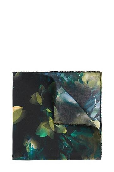 Artikel klicken und genauer betrachten! - In Italien gefertigtes HUGO Einstecktuch aus feiner Seide. Durch das unkonventionelle Blumenmuster mit leuchtenden Farbakzenten erhält das Herren-Accessoire seinen unverwechselbaren Charakter. Verleiht schicken Outfits einen individuellen Touch.   im Online Shop kaufen