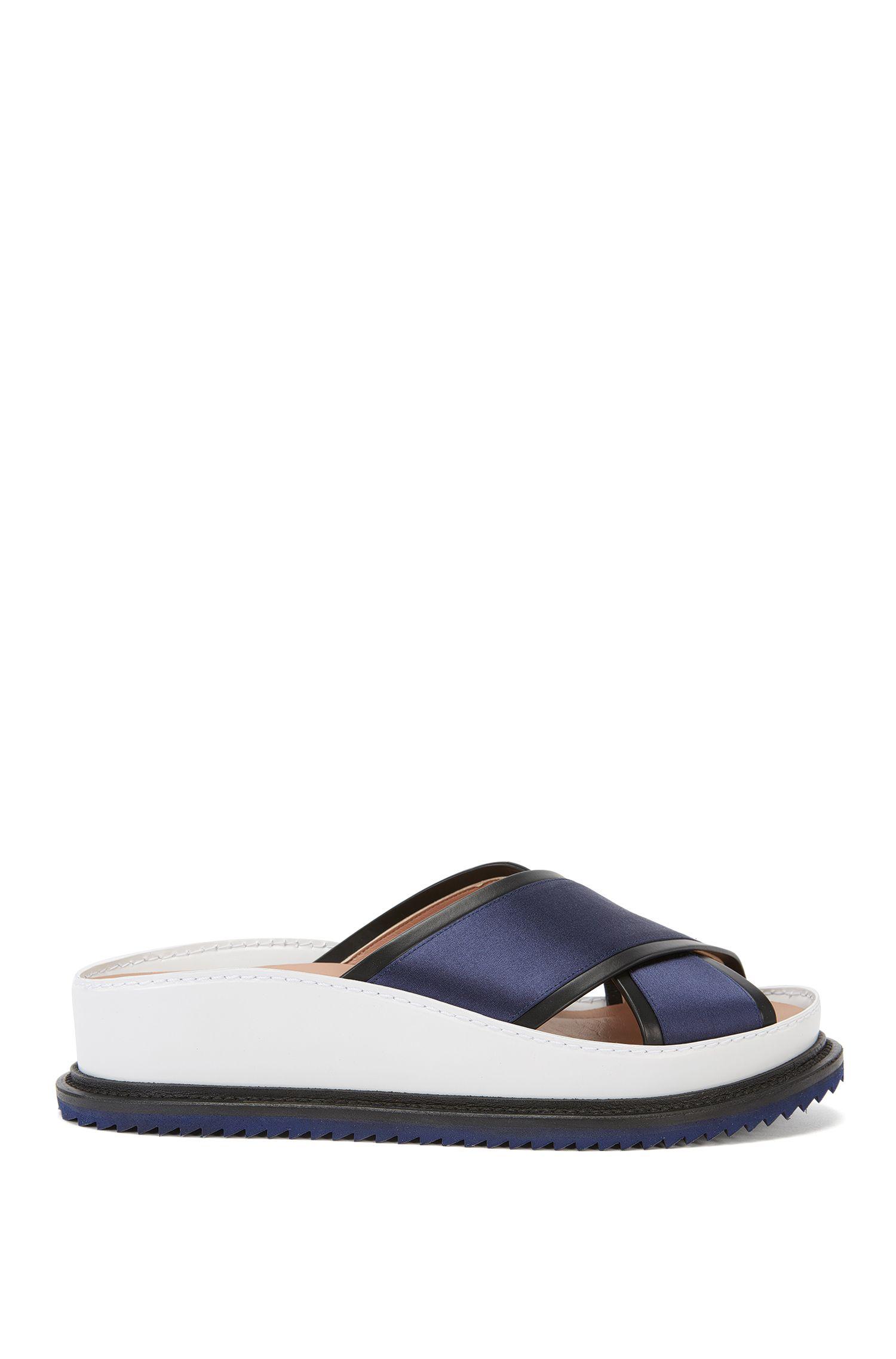 Runway Edition-slippers van leer met satijnbeleg: 'Raily Flat Satin'