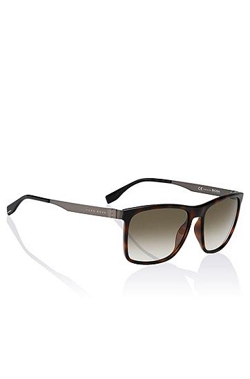 Artikel klicken und genauer betrachten! - Elegante Sonnenbrille von BOSS aus Acetat und Edelstahl. Die braune Brille ist mit einer versteckten Metall-Stegkonstruktion ausgestattet. Die braune Linse mit Farbverlauf harmoniert perfekt mit der Farbe des Gestells. Die leichten und extrem flexiblen Bügel sorgen mit ihren Kunstoffenden und maßgeschneiderten, dreidimensionalen Scharnieren mit 5 Fassungen für den optimalen Tragekomfort der BOSS Sonnenbrille. | im Online Shop kaufen