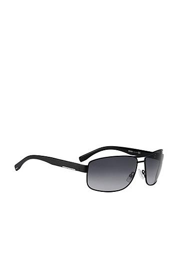 Artikel klicken und genauer betrachten! - Klassische Sonnenbrille mit Doppelbrücke von BOSS. Die Micro-Holzstruktur des Gestells sowie die graue Linse mit Farbverlauf fügen sich perfekt in das elegante Dessin ein.Die Logo-Plakette in Metall-Optik sowie die minimalistischen Endstücke an den Bügeln runden das zeitlose Branding ab. | im Online Shop kaufen