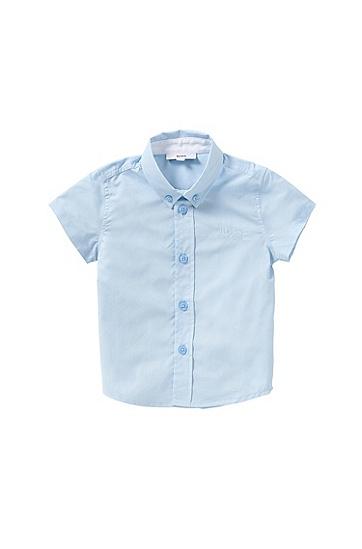 Artikel klicken und genauer betrachten! - Das BOSS Baby Shirt aus feinem, softem Baumwollgewebe fühlt sich sehr angenehm an. Der Button-Down-Kragen und ein leicht abgerundeter Saum verleihen dem Hemd einen liebenswerten Charme, der von einer Ton in Ton gestalteten Logo-Stickerei auf der Brust vollendet wird. Ideal für festliche Anlässe.   im Online Shop kaufen