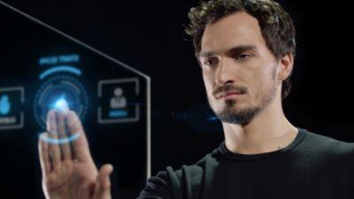 Mats Hummels bedient een touchscreen