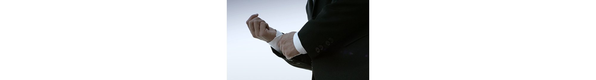 David Colturi richtet den Ärmel seines weißen Hemds von HUGO