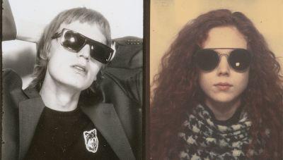 Jonas en Natalie dragen brillen van HUGO