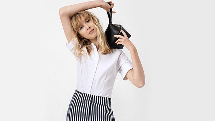 Een vrouwelijk model draagt outfits voor lente/zomer van HUGO
