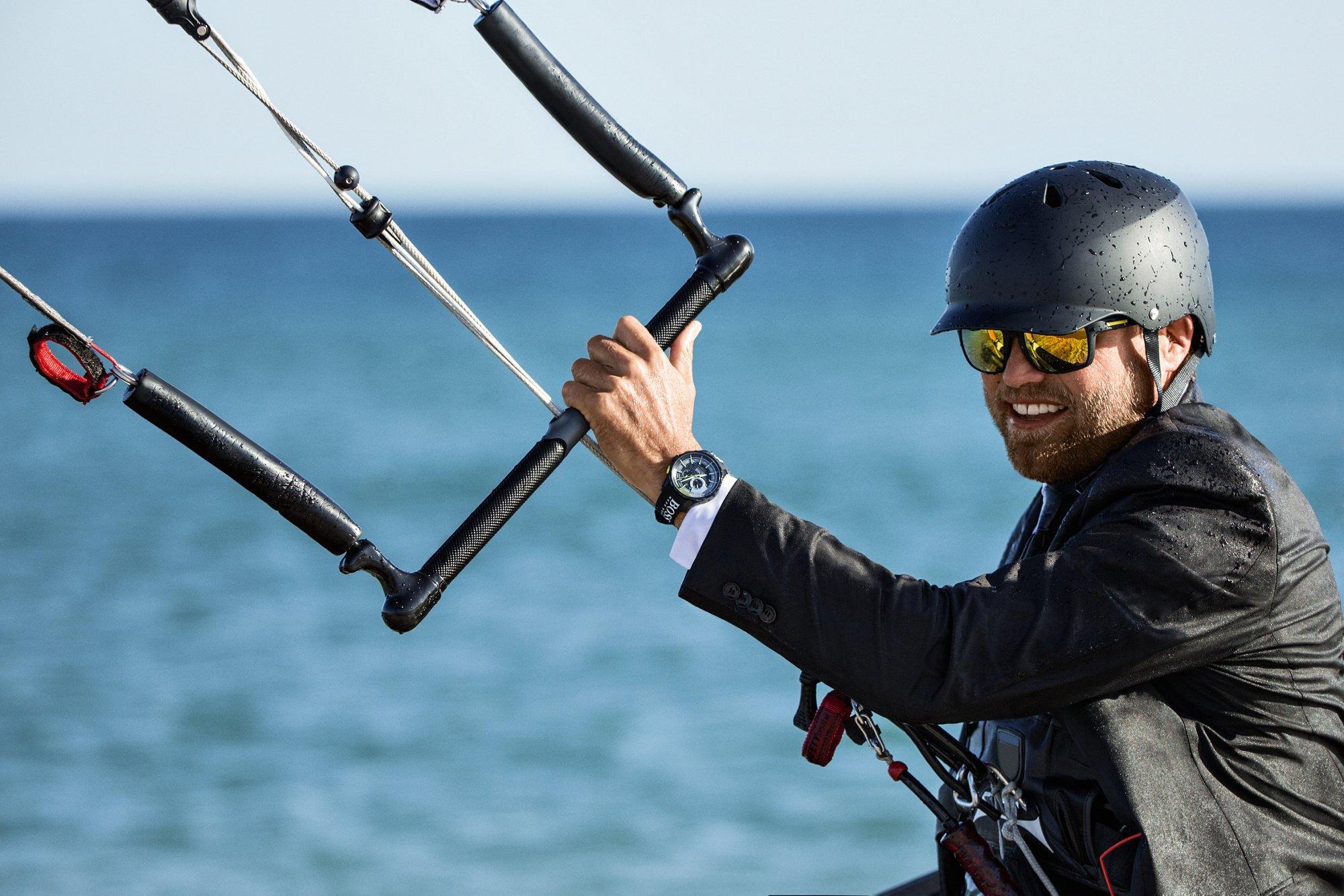 Alex Thomson porte une chronographe de régate avec fonction compte à rebours«Yachting TimerII»