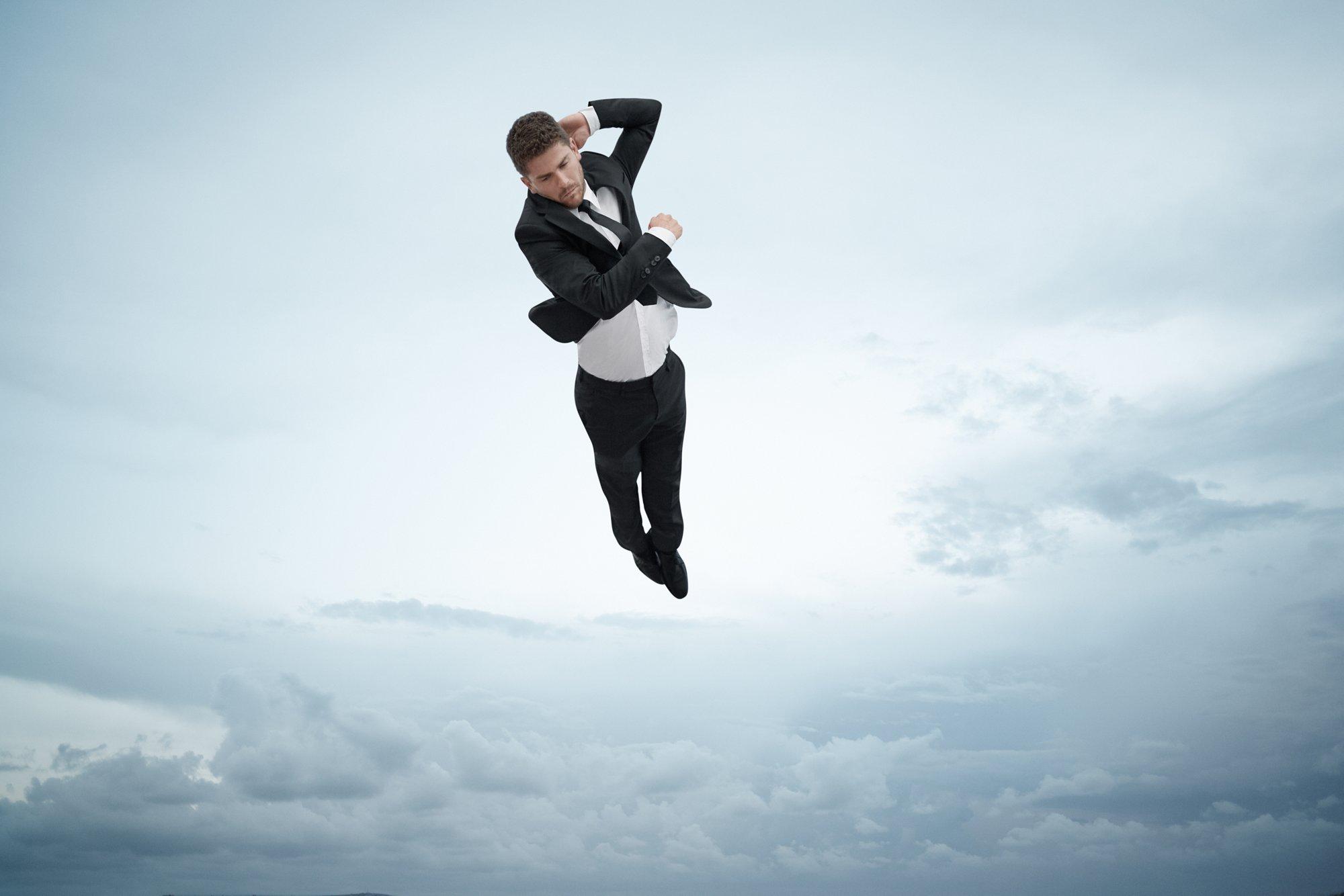 Il cliff diver David Colturi indossa un abito Superblack by HUGO