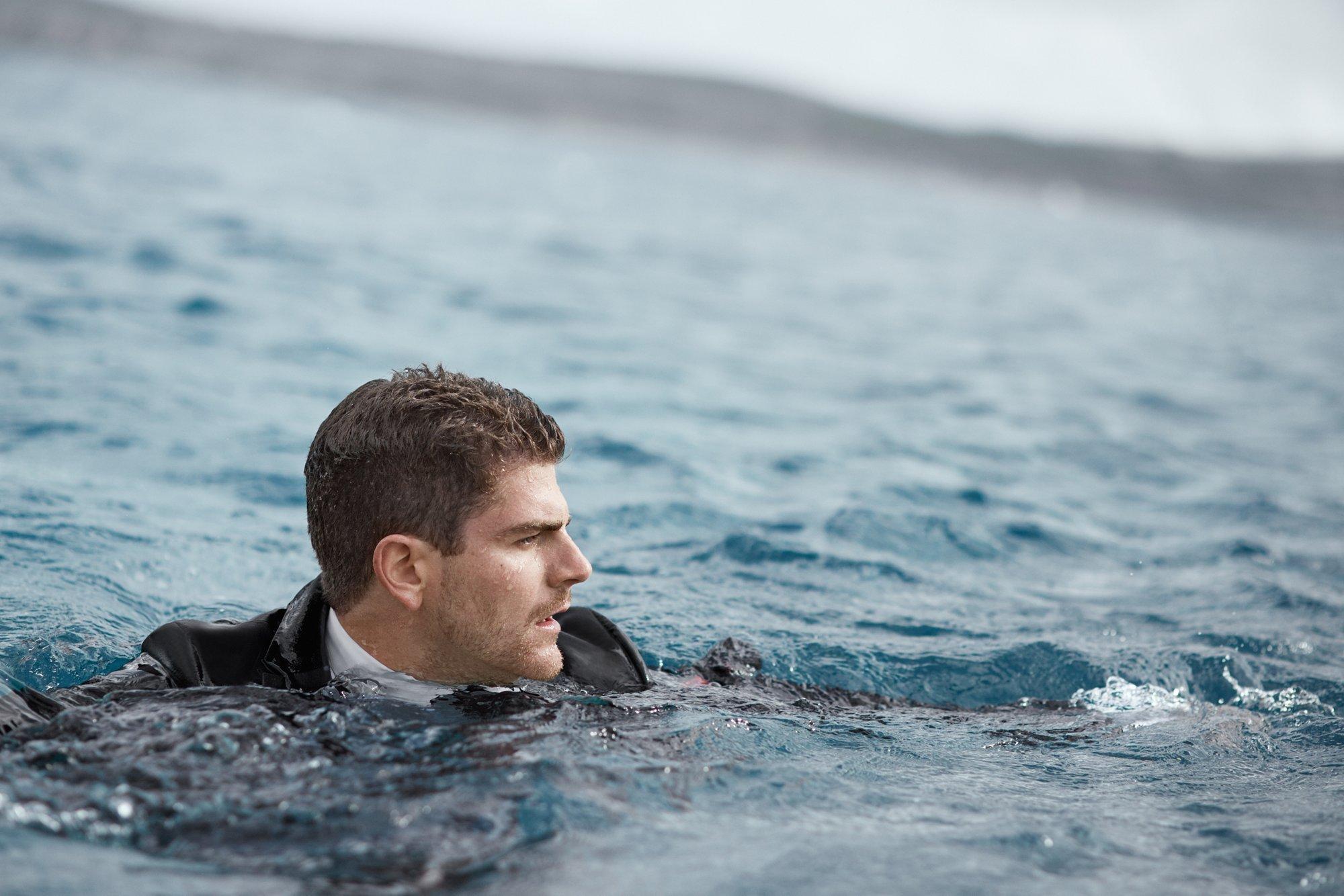 David Colturi nuota indossando l'abito Superblack by HUGO