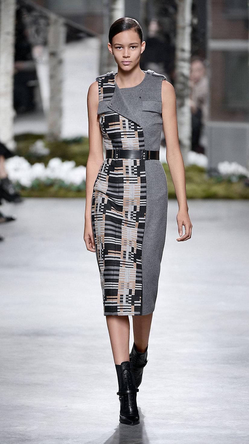 2015 纽约时装周春夏 T 台秀上一款受包豪斯运动启发的时装