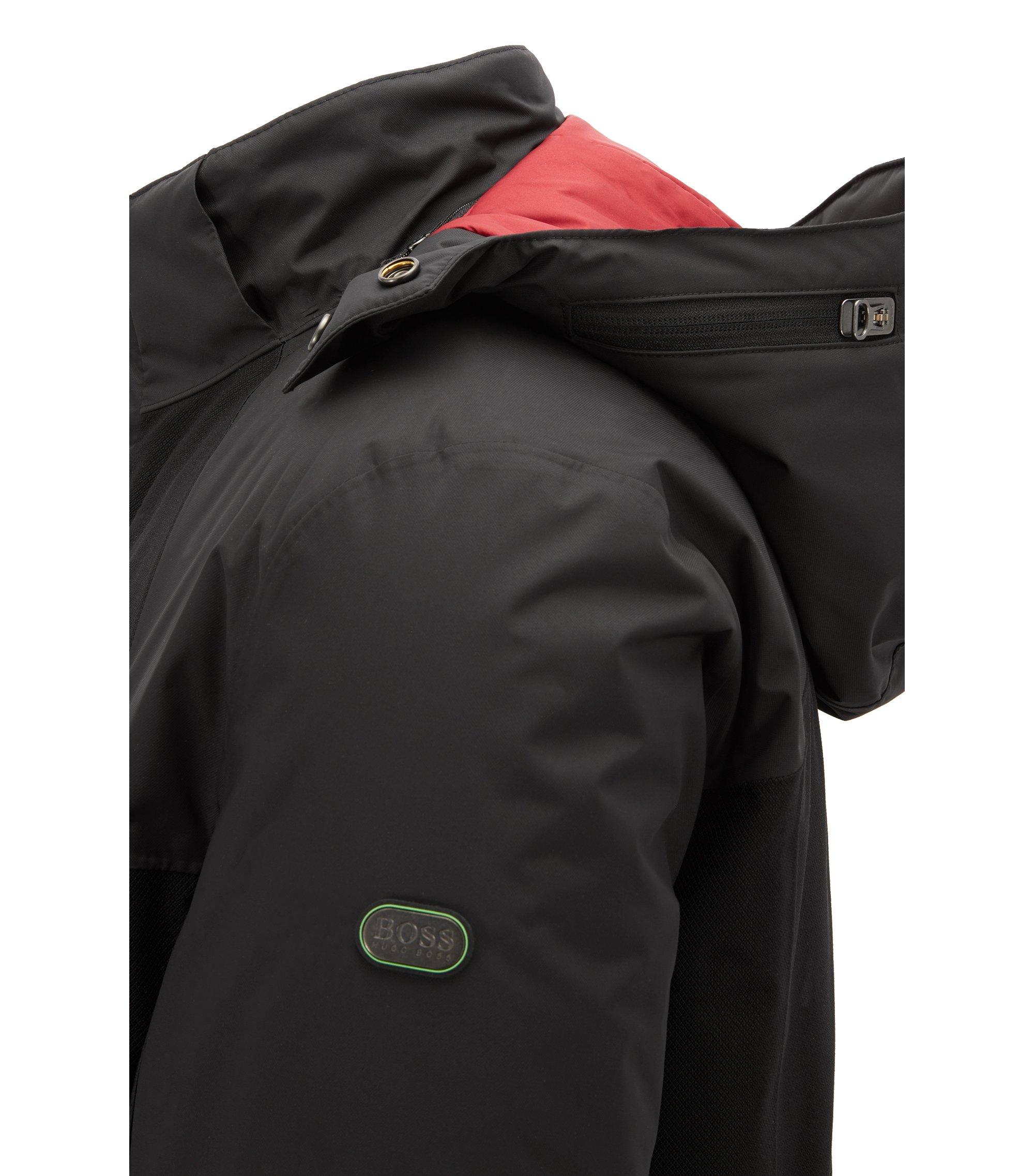 """本季,跟着 BOSS 百变夹克系列打开你的穿衣升温""""开关""""。得益于党独一无二的创新科技,这件夹克不仅具有传统的防水功能,还有精准保温功能。我们为夹克增设了一个综合加热镶条,可以按你所需精准保暖。这个冬天,因为革新技术,我们无惧严寒"""