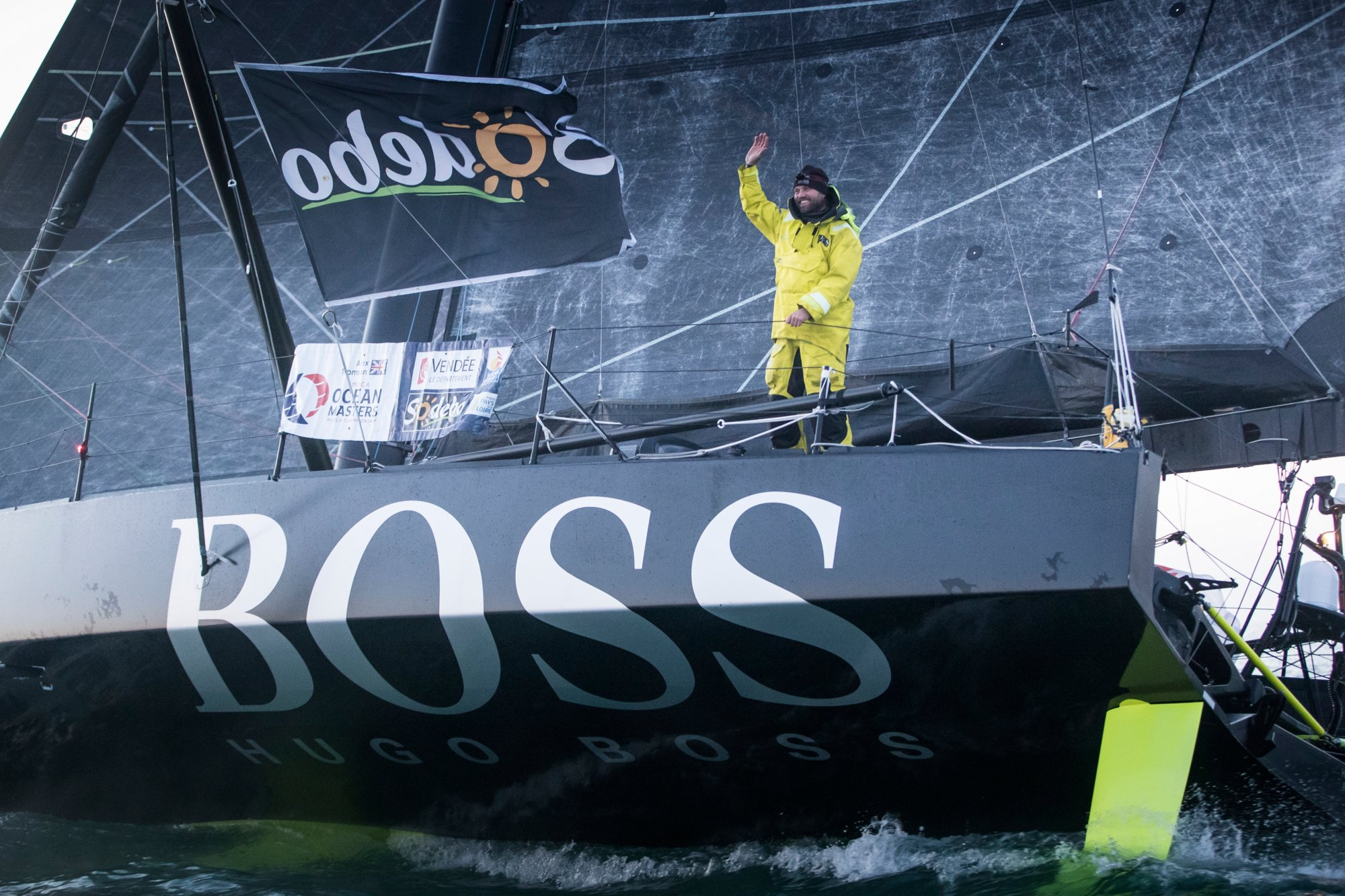 Alex Thomson portant une veste de voile noire BOSS