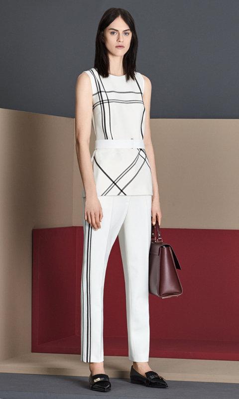 Weißes Top, weiße Hose, schwarze Schuhe und dunkelrote Tasche von BOSS