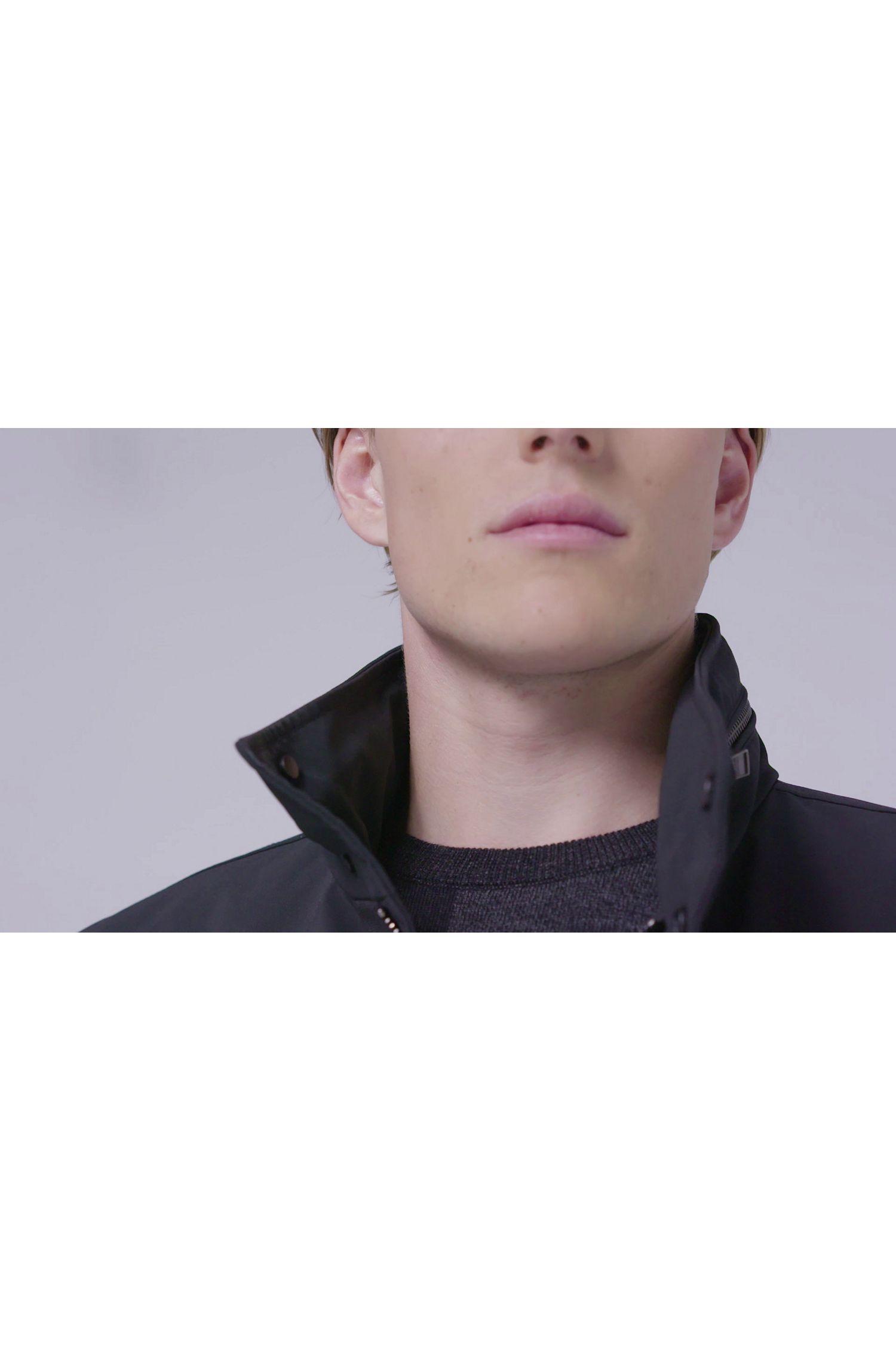 Het model in deze video draagt het product