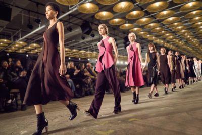Die Looks vom Laufsteg: Khakifarbene Kleider und schwarzer Mantel von BOSS