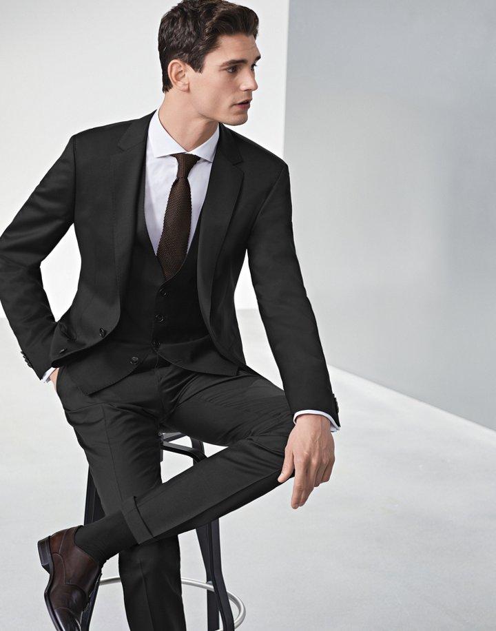 Traje negro con chaleco y camisa blanca con corbata marrón de BOSS ... 857dc769617