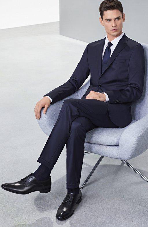 be7f74b64ef0 ... Look de traje azul marino con zapatos negros de BOSS