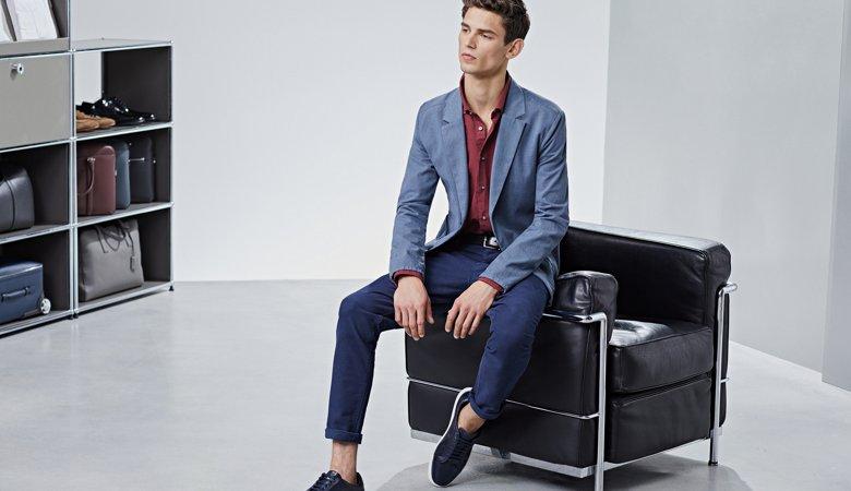 3502f46703021 ... Le mannequin porte une chemise rouge, un blazer bleu clair et un  pantalon bleu