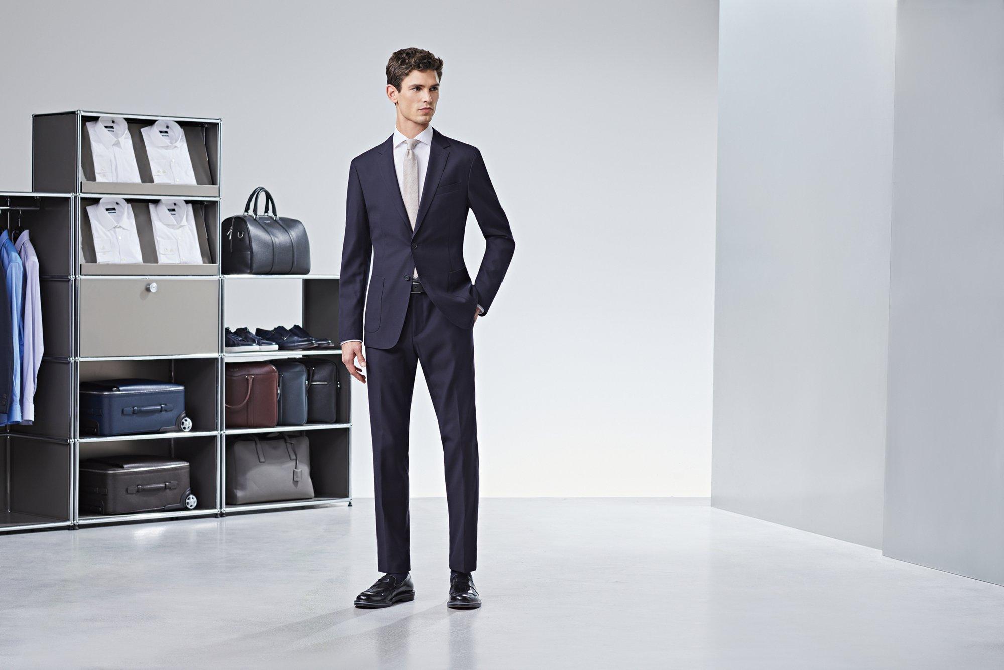 如果你寻求的是一种突破,比如说在营销或者发布之类职位,而你又不喜欢不得不坚持公司的着装。一身西装就能帮助你轻而易举地坐享胜利,并且选择针织衫作为内搭要远远优于刻板的衬衫和领带