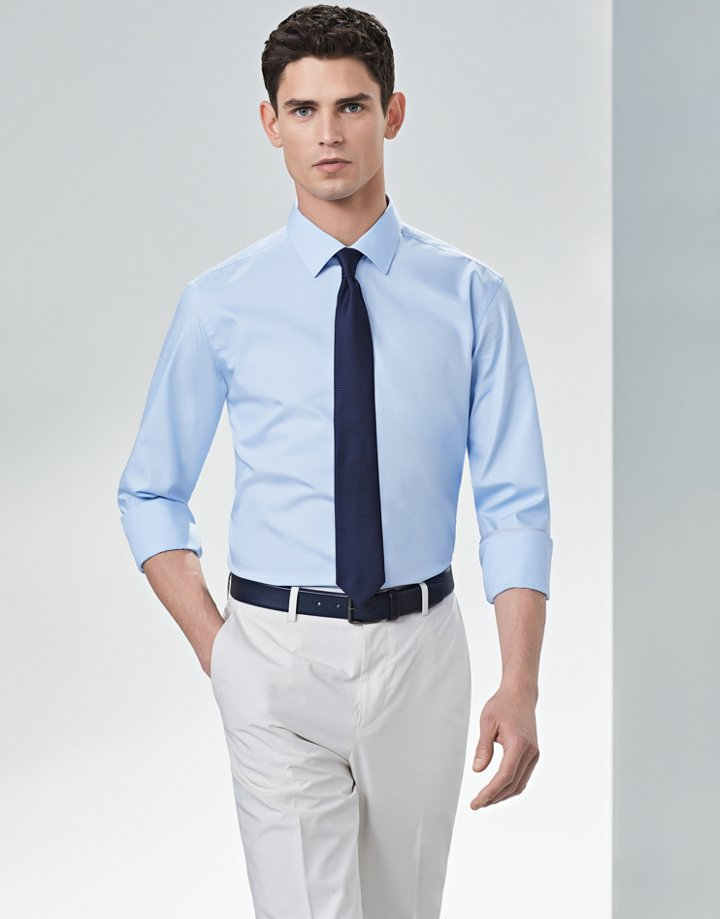 d79ab134862 Camisa azul claro con corbata azul marino y chinos beige de BOSS ...