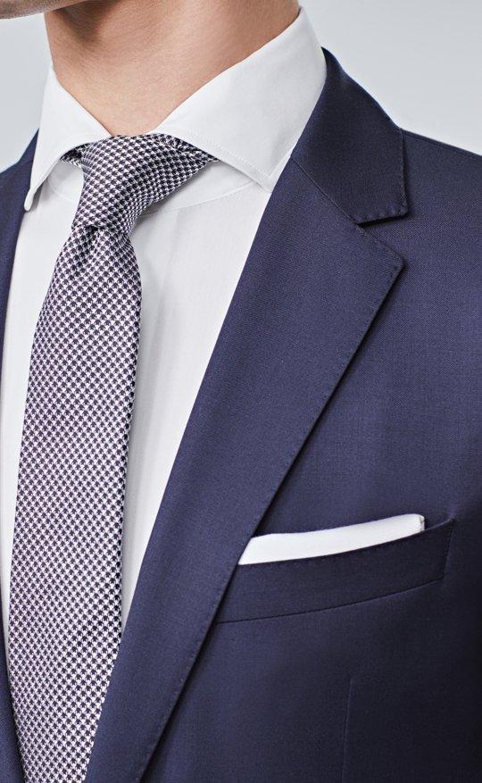 Le mannequin porte un costume bleu, une chemise blanche, une cravate et un  carré ... 8251c8292b9