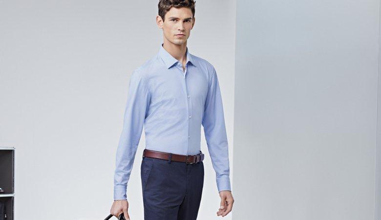 d3b55af90412c9 ... Le mannequin porte une chemise bleu clair, un pantalon bleu et une  ceinture marron