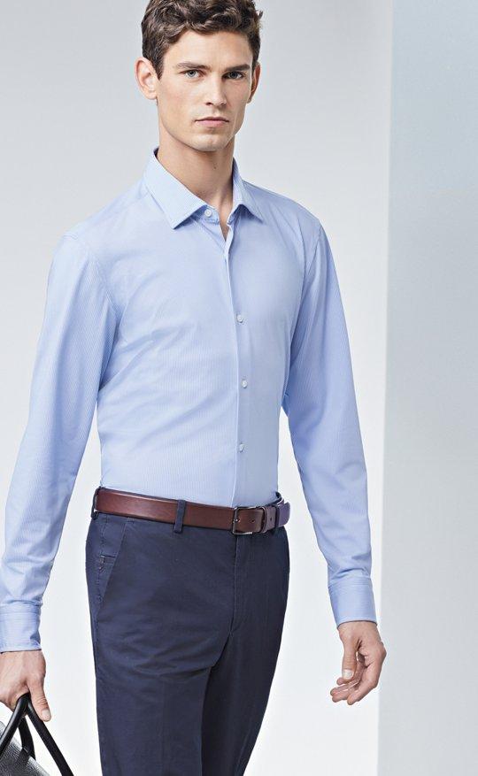 1fe5021c1666 Le mannequin porte une chemise bleu clair, un pantalon bleu et une ceinture  marron ...