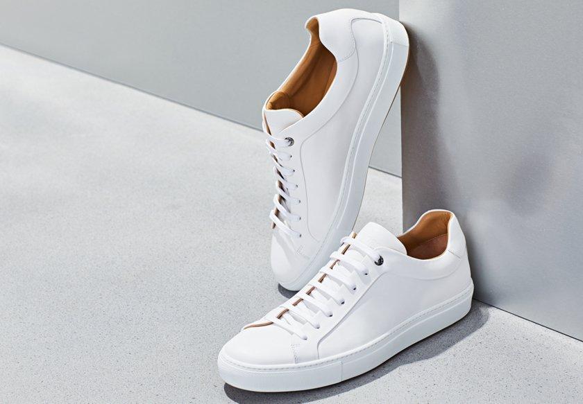 8c38240e3db2a8 Weiße Sneakers von BOSS auf einer Mauer ...