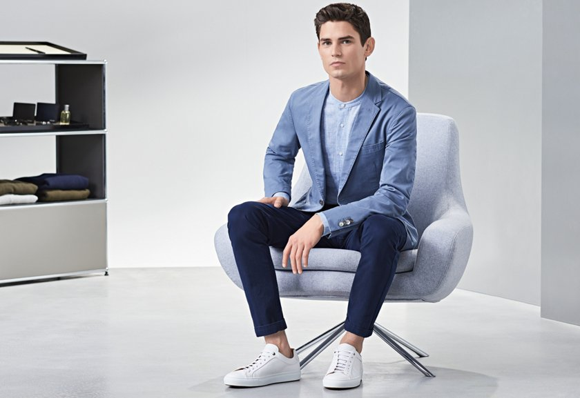 fc73e8c7cd9ffa Blauer Look mit weißen Sneakers von BOSS ...