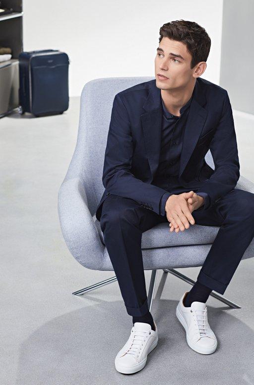 a710872fb34ab7 ... Marineblauer Look mit weißen Sneakers von BOSS