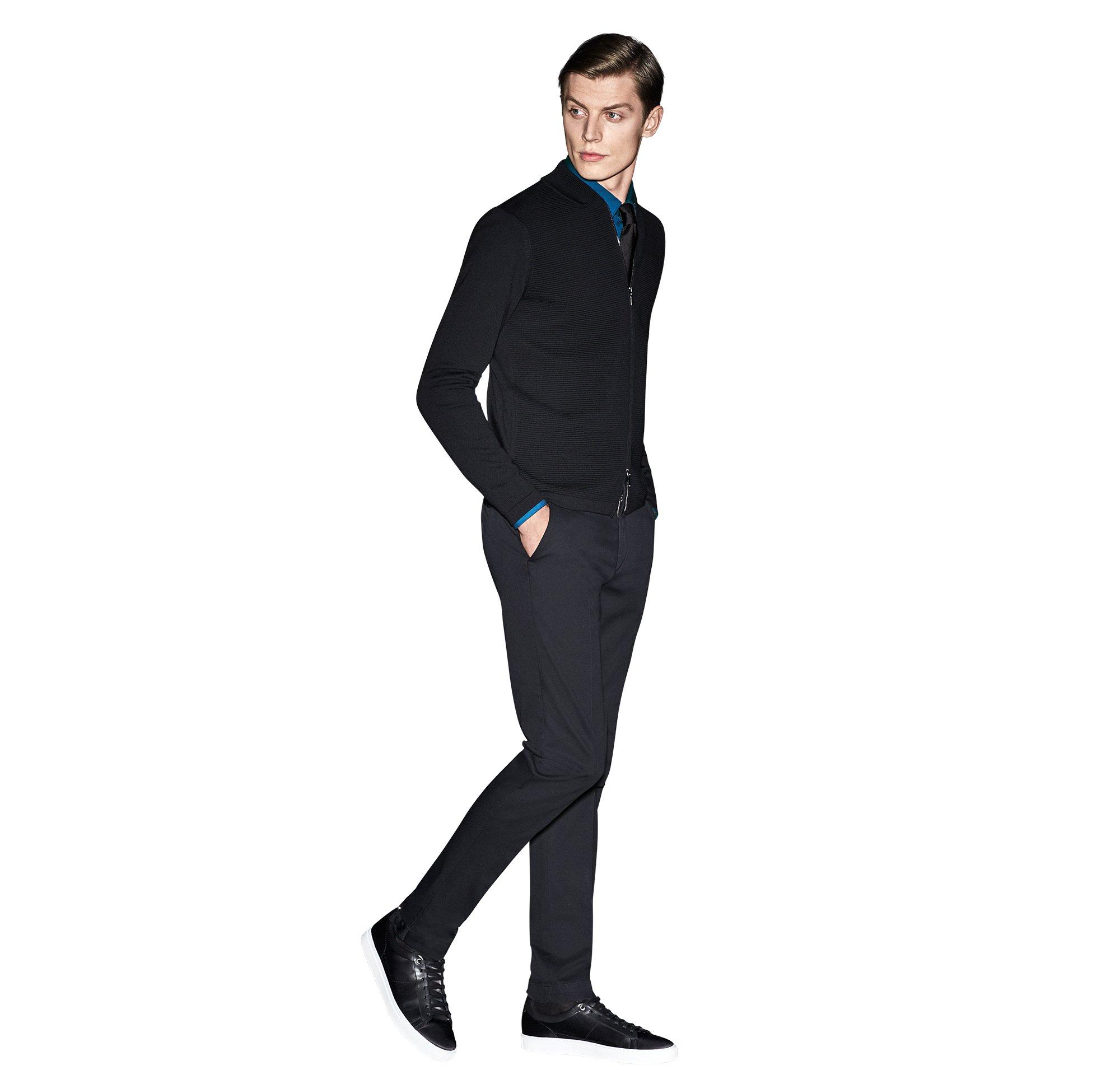 Zwart gebreid vest, blauw overhemd, zwarte broek van BOSS