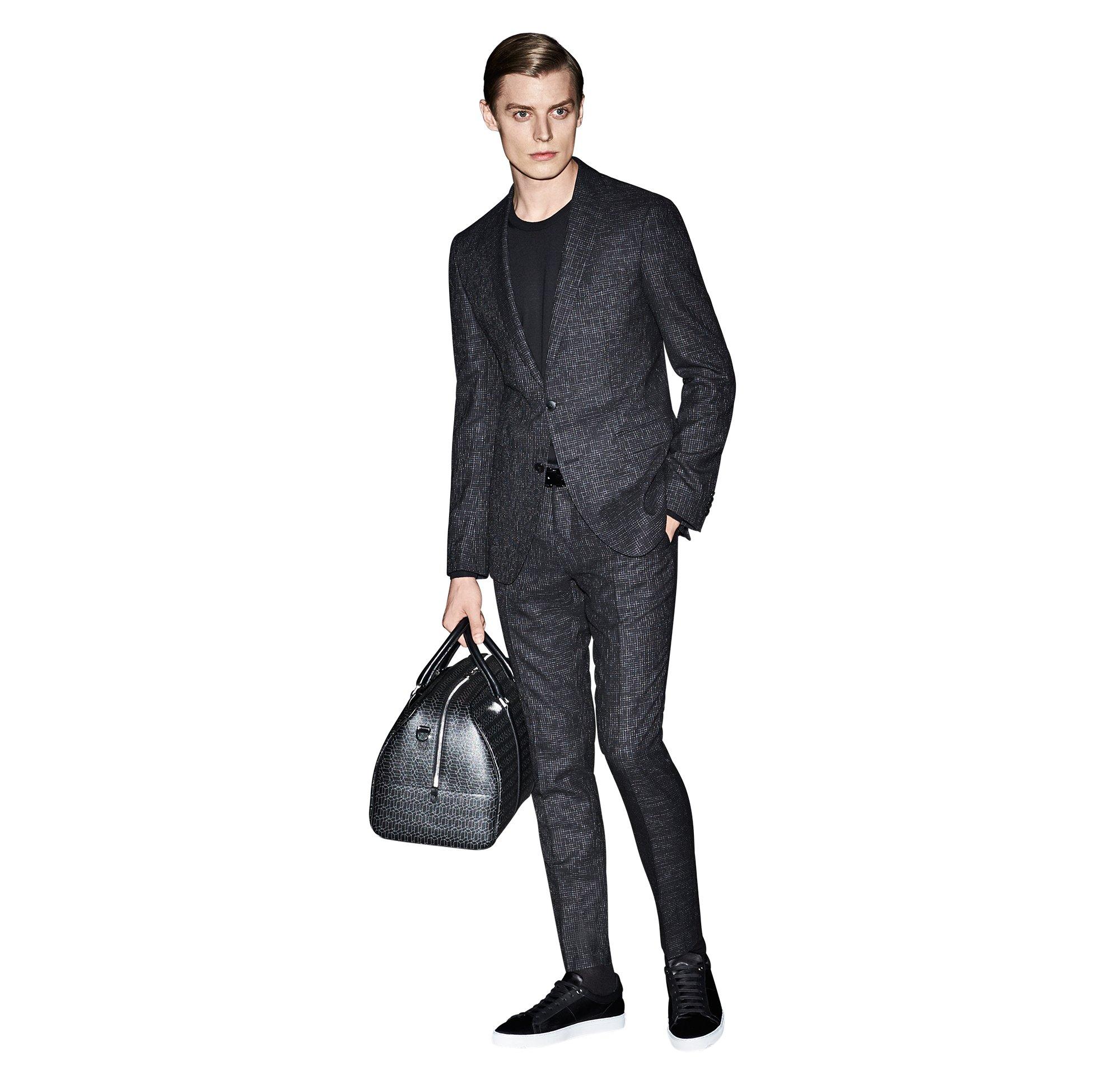 Zwart kostuum, gebreide trui en tas van BOSS