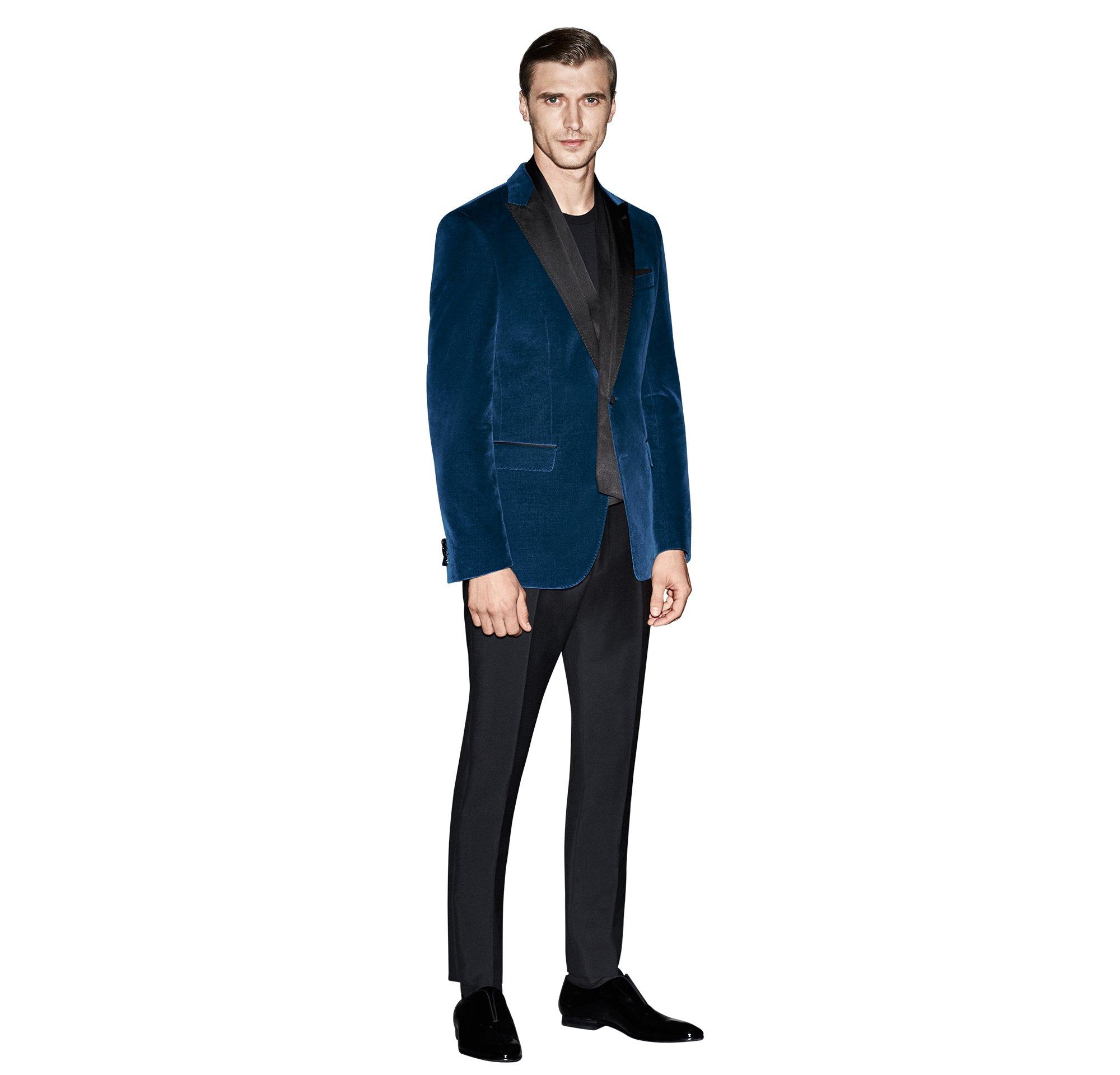 Blauw colbert van fluweel, zwart overhemd en zwarte broek van BOSS