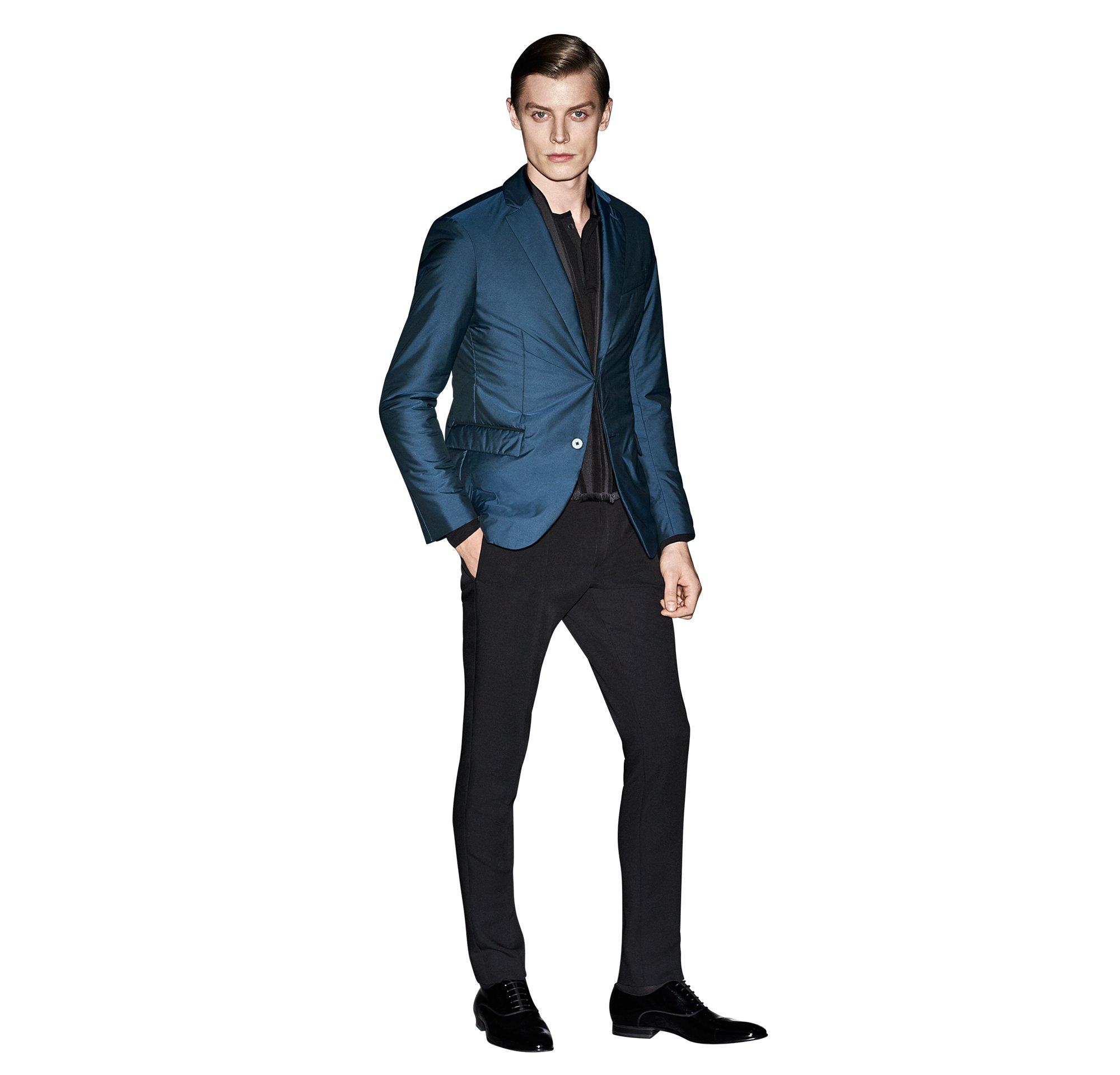 Blauw colbert, zwarte gebreide trui en broek van BOSS
