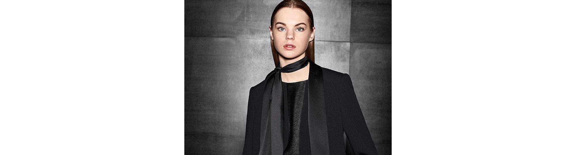 Vrouw draagt womenswear-smoking van BOSS