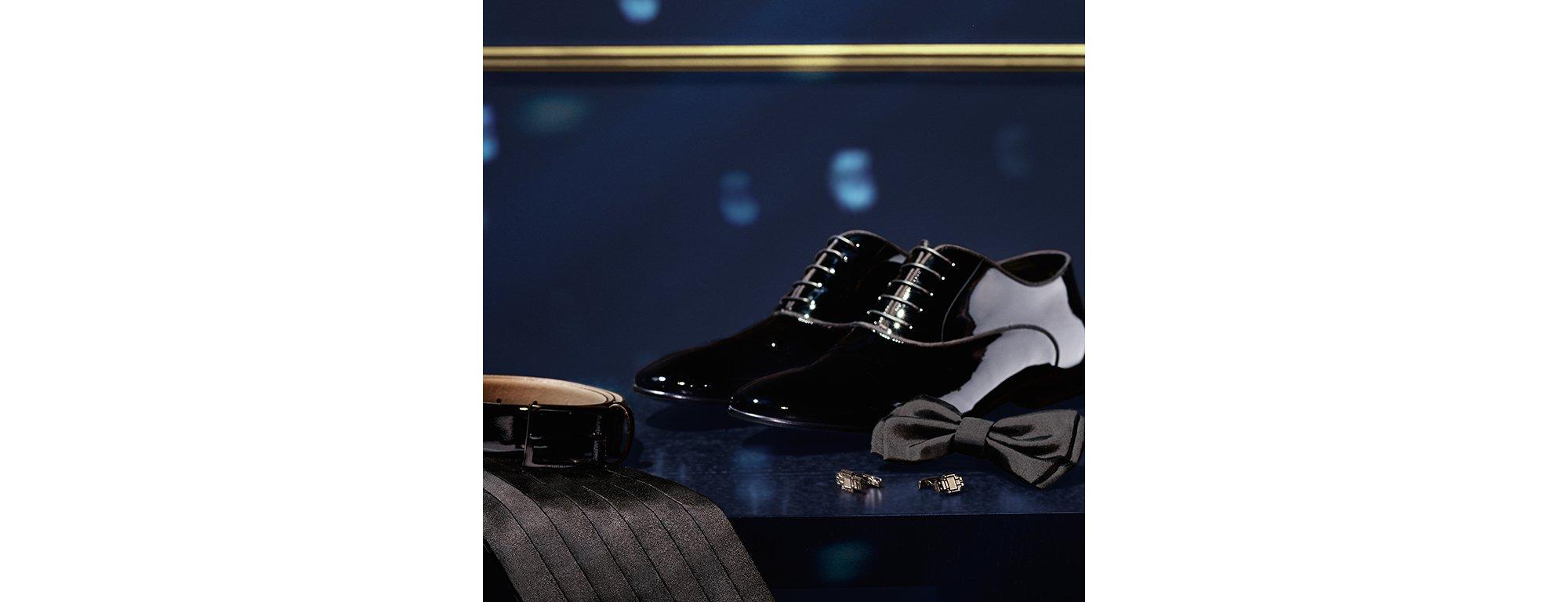 Zwarte cummerband, leren ceintuur, vlinderdasje, BOSSbot-manchetknopen en feestelijke schoenen van BOSS