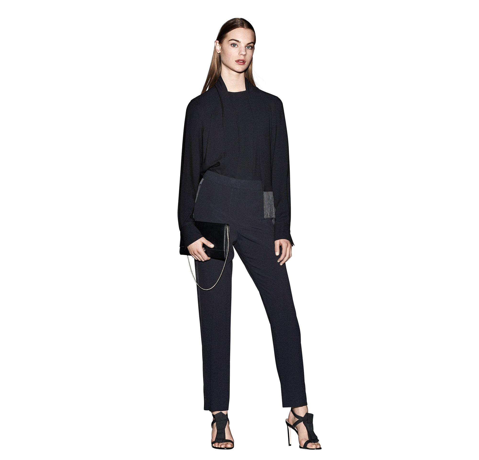 Zwarte blouse, sjaal en clutch van BOSS