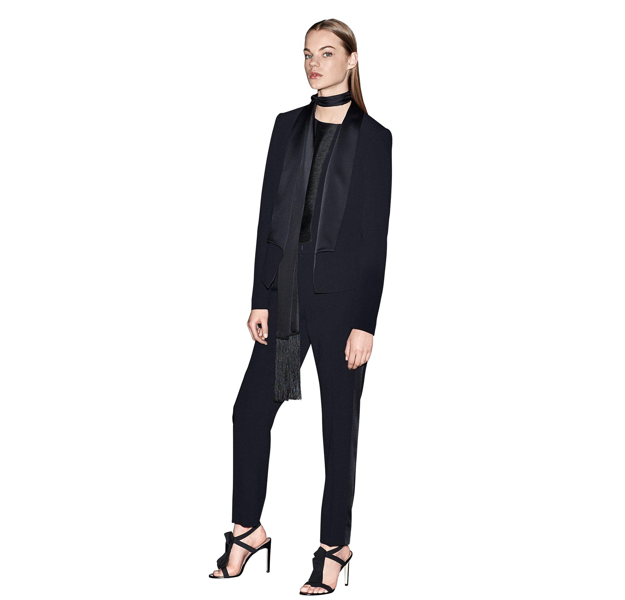 Zwarte smokingblazer, blouse, broek, sjaal en hoge hakken van BOSS