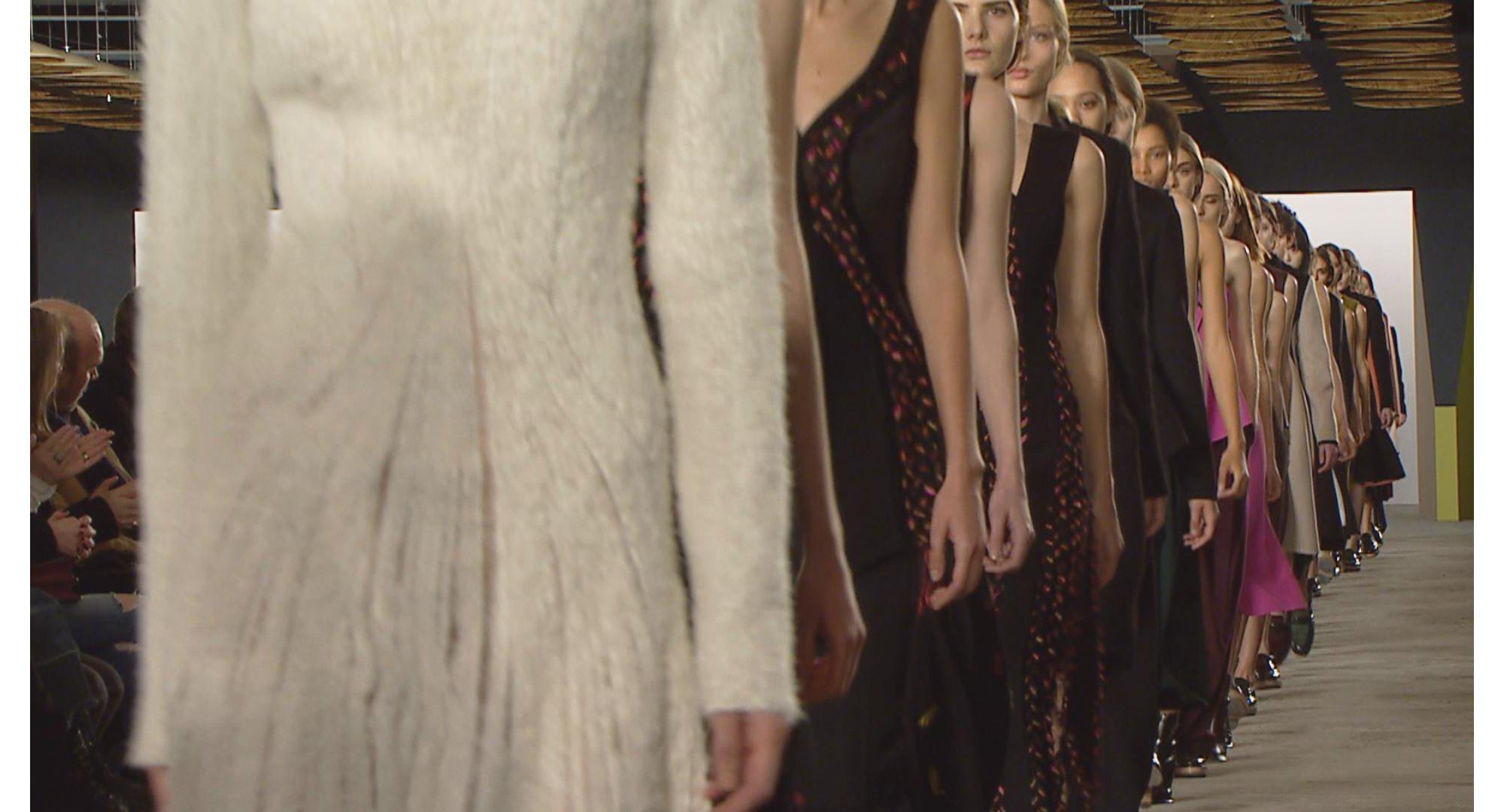Mannequins en rang au défilé BOSS Womenswear