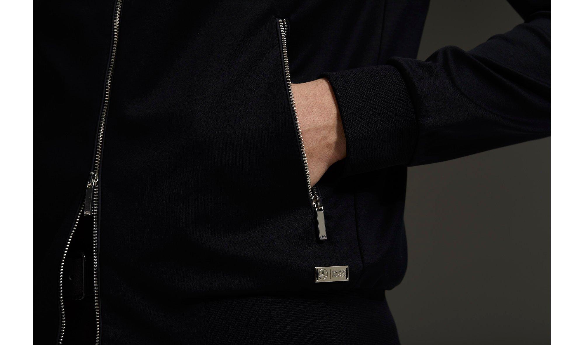 Detail-Bild eines schwarzen Jerseys von BOSS