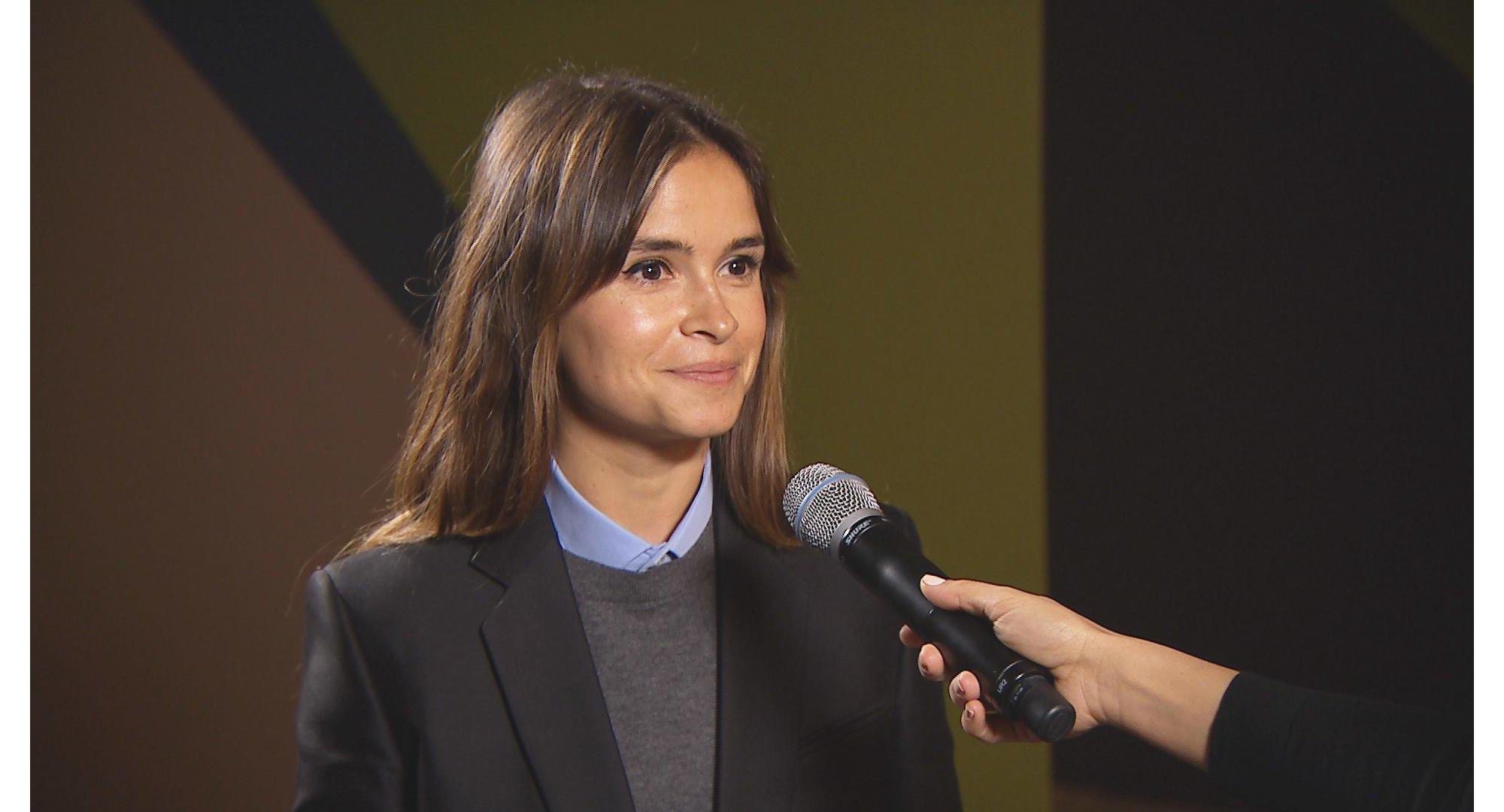 Miroslava Duma portant un pull gris et une veste noire