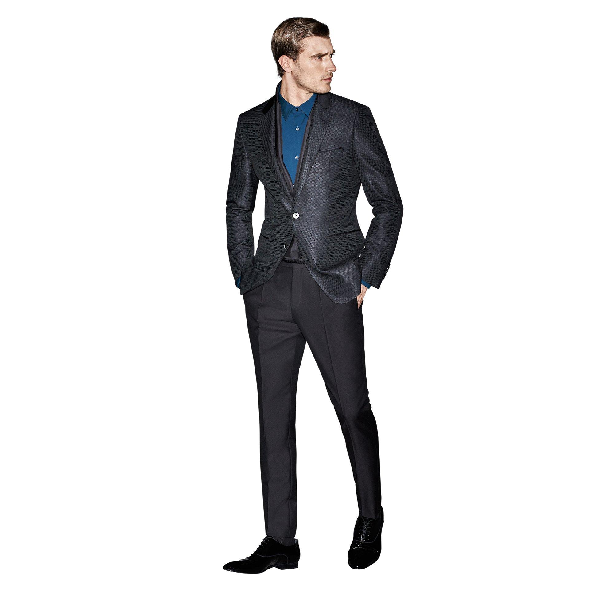 Zwart colbert, zwarte broek, blauw overhemd van BOSS