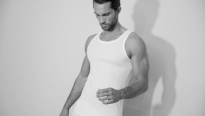 Le mannequin porte un sous-vêtement blanc BOSS